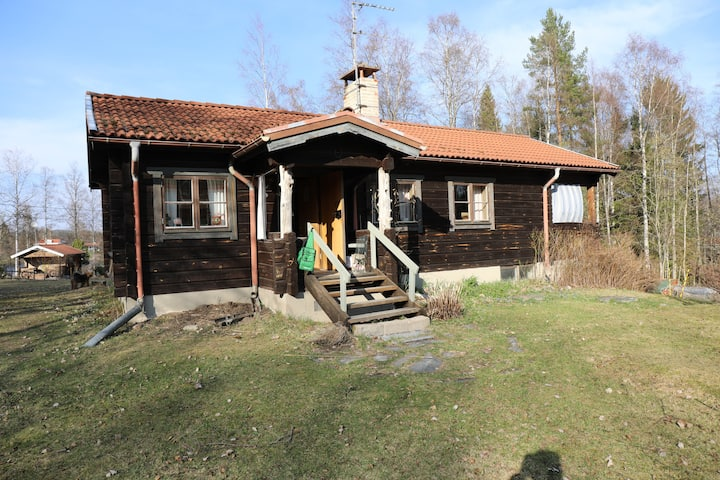 Hemtrevlig stuga i naturskön miljö, Enviken