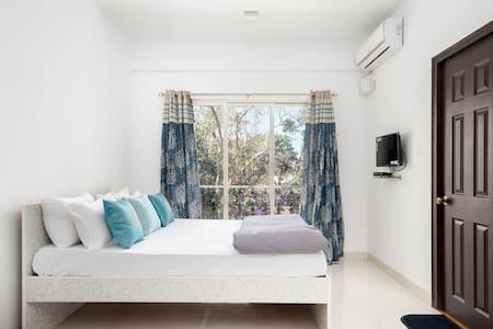 The White Room | 5 mins to Vagator Beach