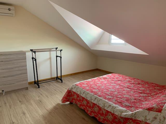 Chambre 1 mansardée à l'étage  Lit 2 places 140 Climatisée