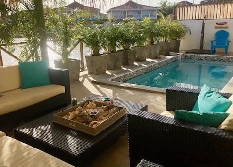 Families, Divers! Upscale waterfront villa & pool!