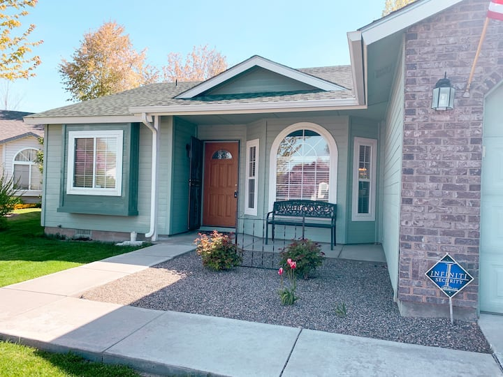 The Quaint Cottage: 3BD Close to all Nampa's best!