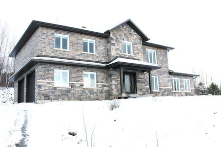 Grande maison neuve - 4 chambres - Sherbrooke - Dům