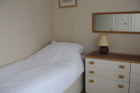 Warm bright single bedroom