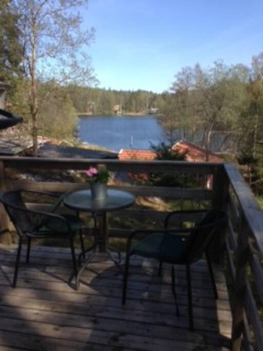 Utsikt från altanen. Underbar frukost plats morgon sol. Fågelsjö.Sjön går att bada i från motsatta sida men har ingen trevlig botten