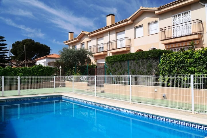SUMMER HOUSE WITH PRIVATE GARDEN + COMMUNAL POOL · UHC CASA MAGNOLIA