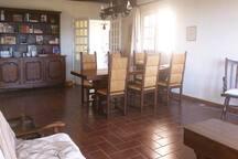 Grande salle à manger et table monacale