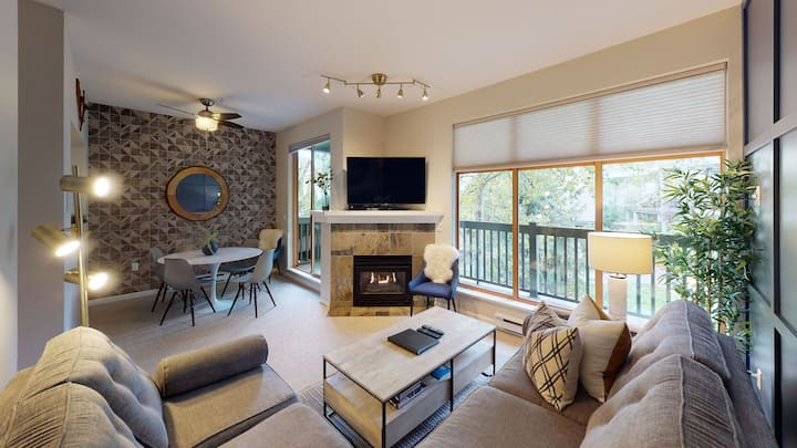 *Introductory Rates* Designer Townhome In Whistler Village w/ Pool & Hot Tub