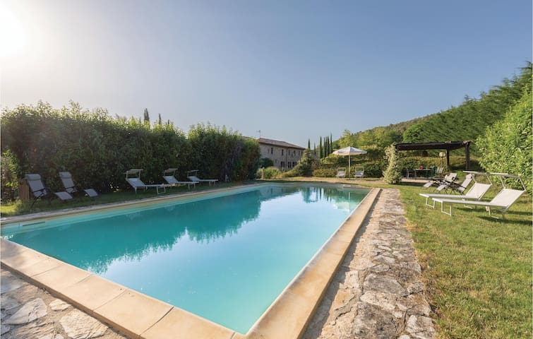 Holiday cottage with 4 bedrooms on 170m² in Massa Martana