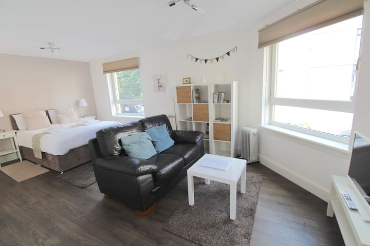 Bright modern studio in City Centre (w/parking)