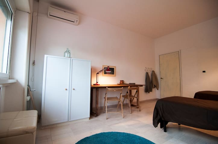 Big and cozy room in Trastevere Area (Rome Center)