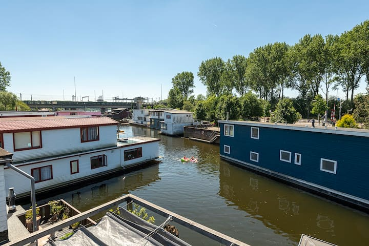 Nova Houseboat surroundings