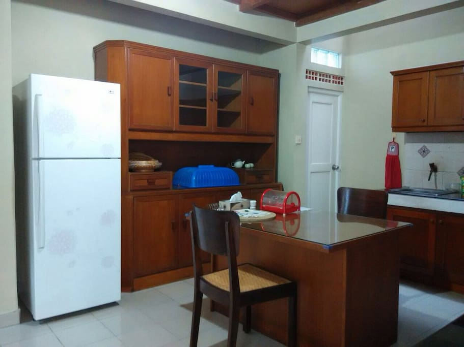 Spacious kitchen with complete utensils (refrigerator, gas stove, rice cooker, toaster, blender, water dispenser, etc.)