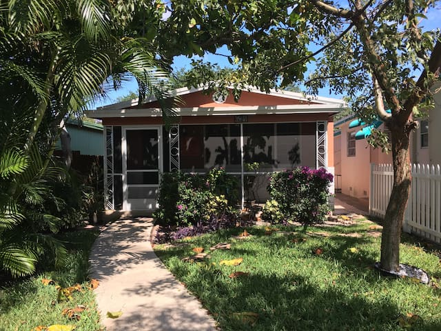 Cozy Cottage in Beachside Community - Lake Worth - Casa