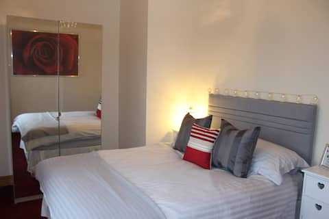 Private Double Room in Hillview Cottage