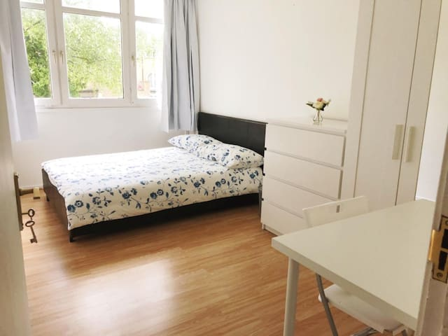 Big double bedroom flat near Canada Water station