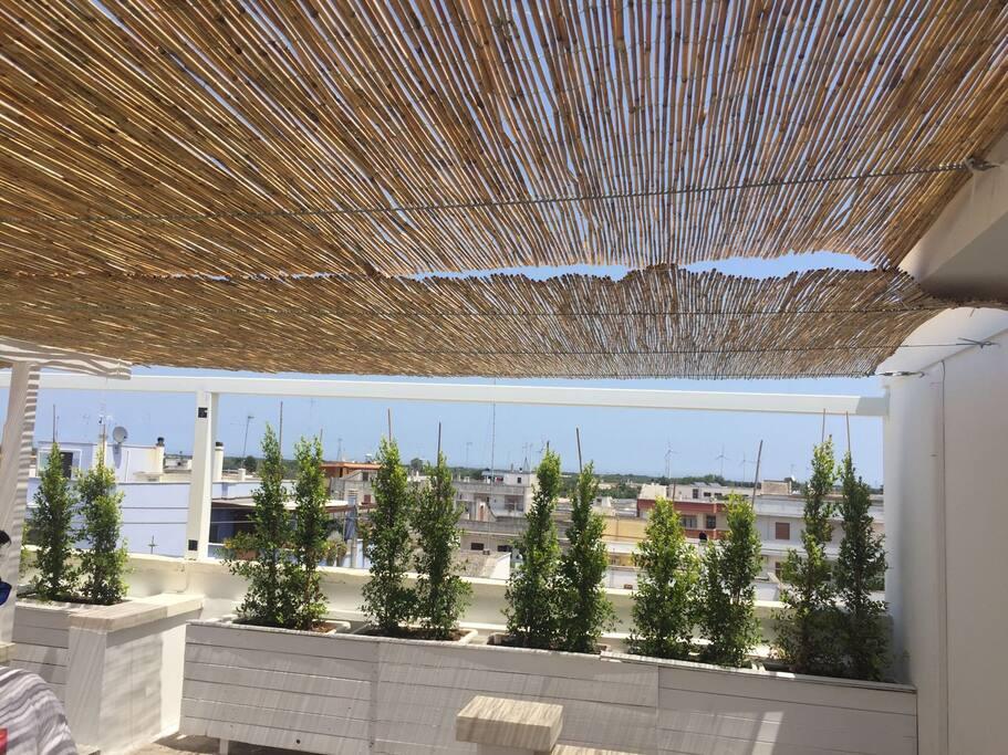 terrazzo attrezzato per colazioni e momenti relax