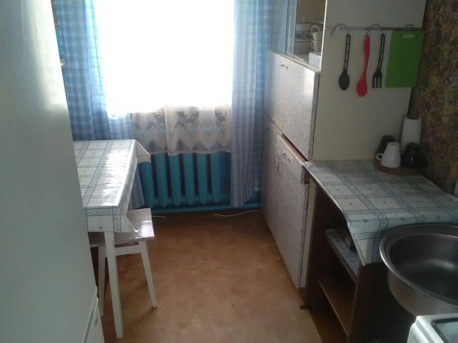 В кухне имеется кухонная и столовая посуда, газовая плита, холодильник и микроволновая печь