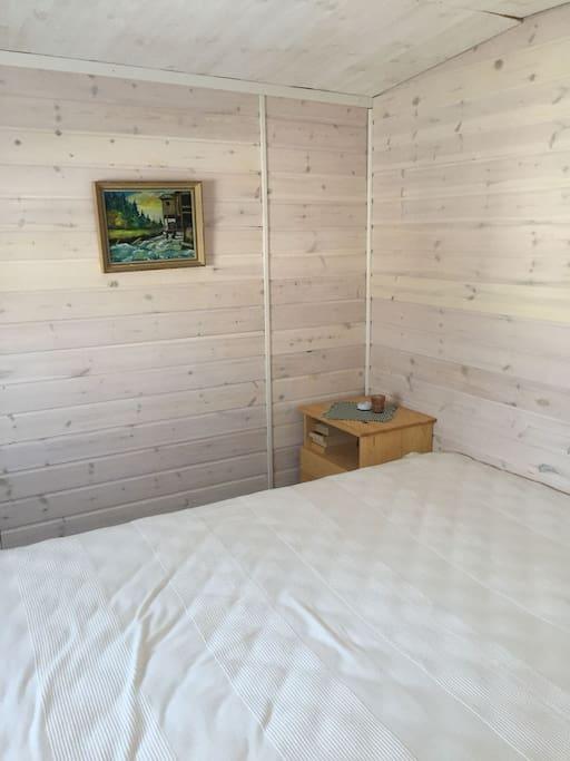 Sovrum i förrådsbyggnad