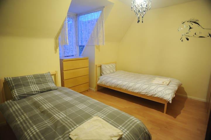 Twin bed  3mins walk toTube&bus16/5 - Lontoo