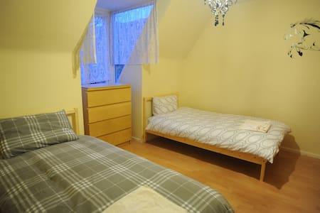 Twin bed  3mins walk toTube&bus16/5 - Lontoo - Talo