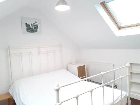 Quiet attic room close to city centre