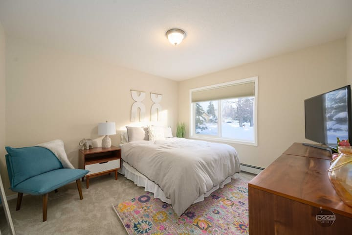 Bedroom w/ down bedding & pillows