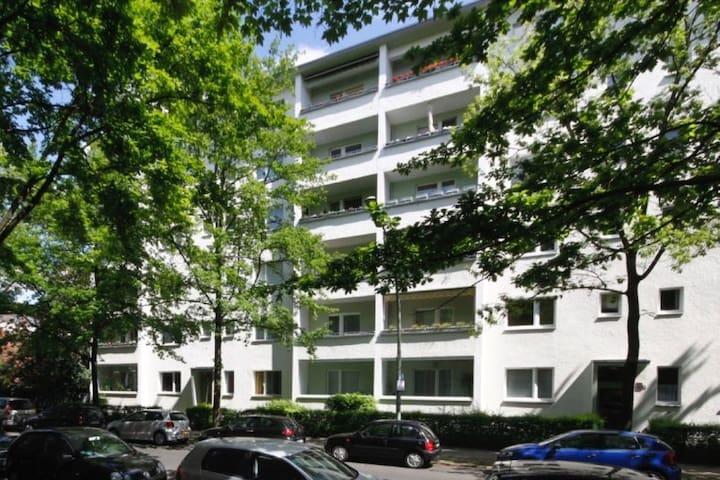 Zimmer mit Balkon in Wilmersdorf