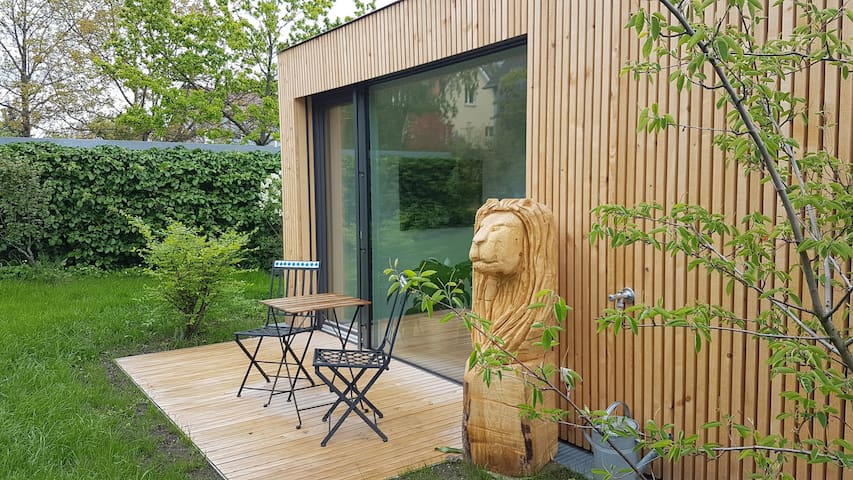 freistehender Wohnkubus im Garten