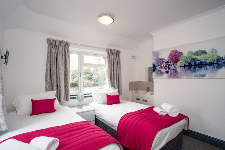 lovely fully furnished weekly twin room.