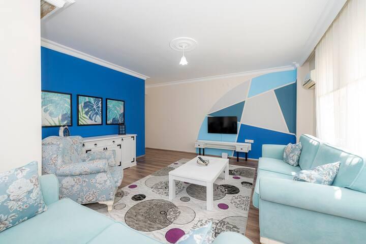 Salon koltukları ve mobilyaları rahatınız düşünülerek seçilmiştir. 42 inch Samsung marka tv, Netflixde film izleyebilmeniz için internete bağlanmıştır. Salonda inverter klima mevcuttur.