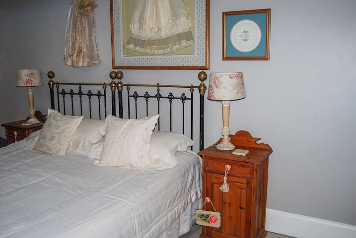 Lady Milner Private Room 3: Victorian Flair