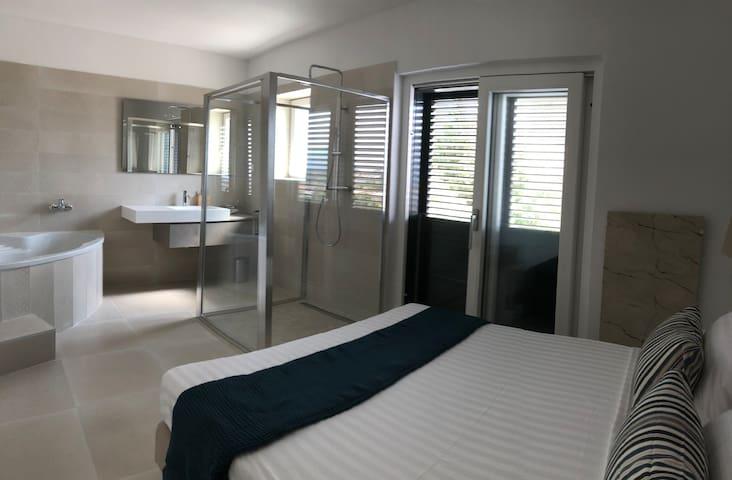 Schlafzimmer mit integriertem Bad