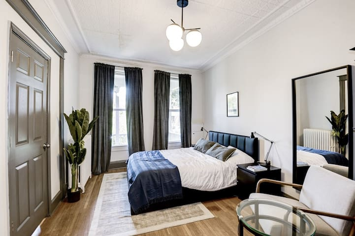 Spacious Queen Room at Capitol Hill