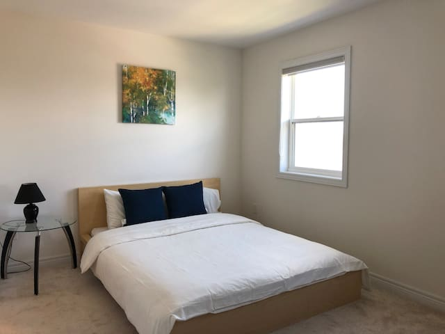 Suite 2 -3rd floor ,Queen bed, Private bathroom