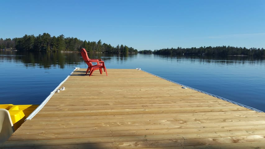 4 Season Muskoka getaway on Six Mile Lake. - Port Severn - Houten huisje