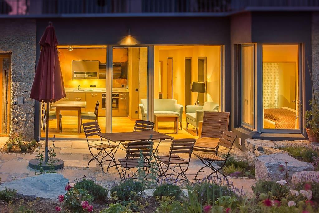 """FeWo """"Wellvital"""" Nachtaufnahme - Blick vom Garten in den Wohnbereich"""