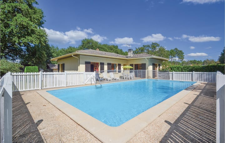 Awesome home in Garrosse with Outdoor swimming pool and 3 Bedrooms