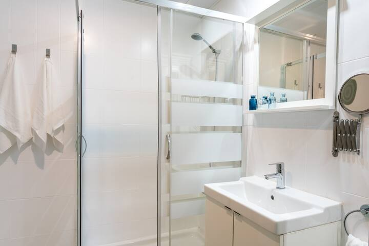 Baño completo con ducha a ras de suelo