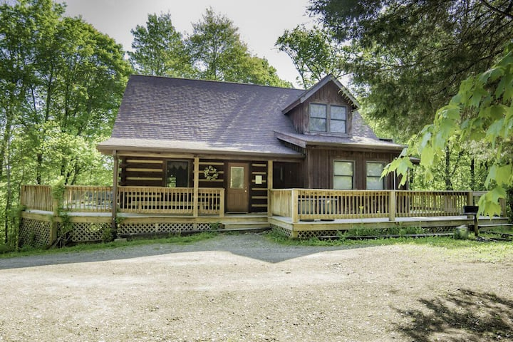Spacious and Secluded Log Home with Outdoor Hot tub for Your Spring Escape!