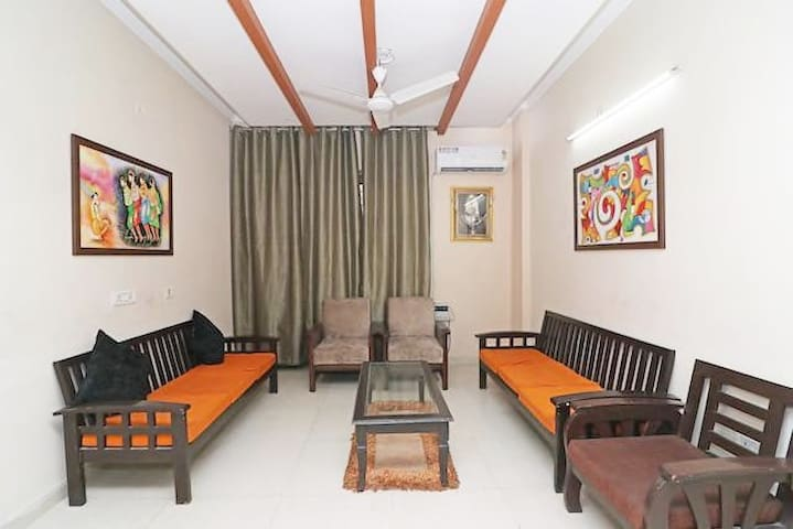 5 room cozy pad in Noida good for 15-18 people