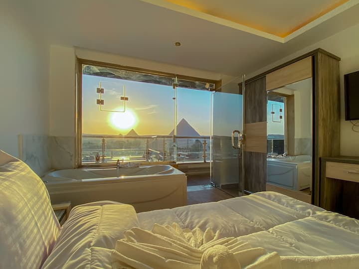 deluxe king suite with pyramids view