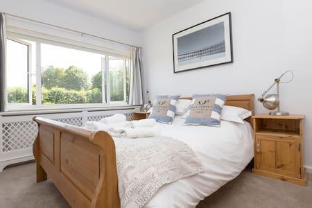 Contemporary, spacious village house nr Canterbury - Barham