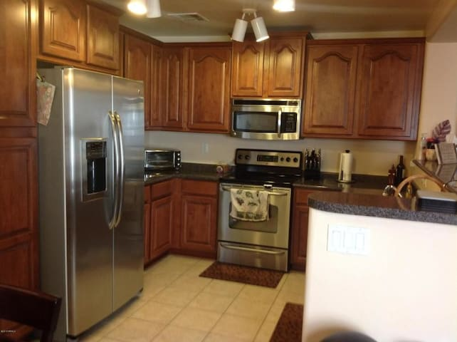 Y Private Home, 2bd/2bth/Den Contact Owner