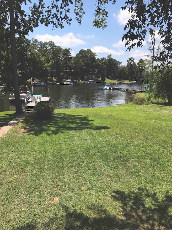 Charming pet-friendly lake home in quiet cove