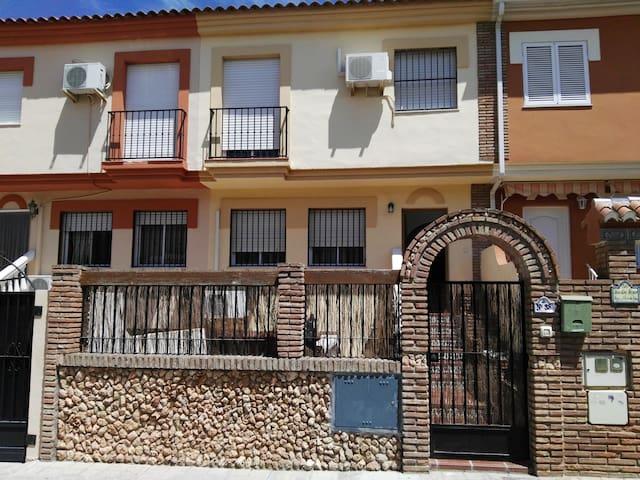 Amplia y bonita casa a 6 min. de Granada - Grenada - Hus