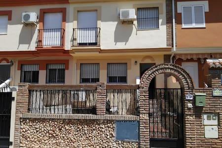 Amplia y bonita casa a 6 min. de Granada - 格拉纳达 - 独立屋