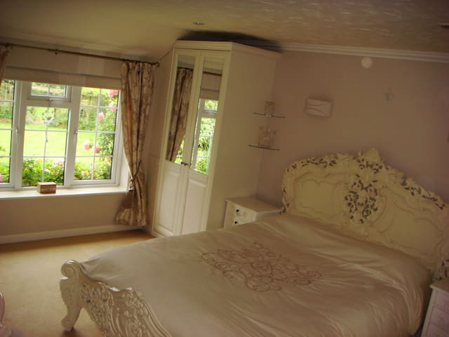 Bright double rooms overlooking beautiful gardens. - Cringleford - House