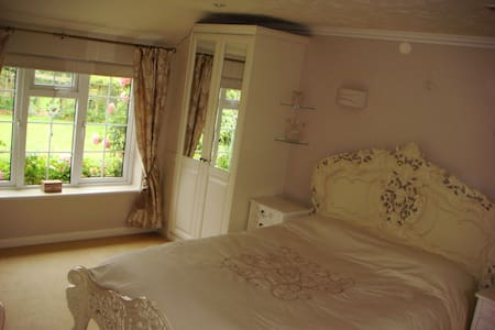 Bright double rooms overlooking beautiful gardens. - Cringleford