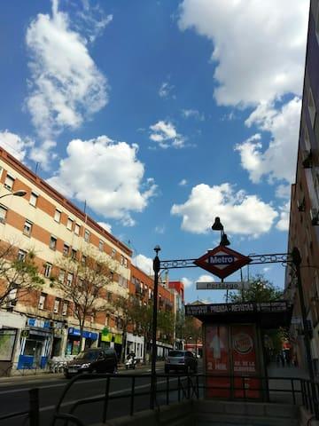 靠近市中心Portazgo地铁站旁边4人合租房间10€/人/晚 - San Sebastián de los Reyes - Apartment