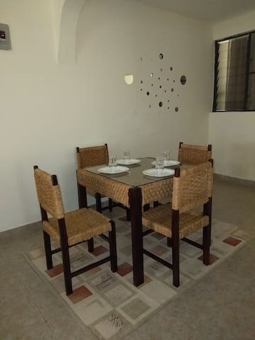Enjoy your meals with an African touch on our hyacinth dinning set.